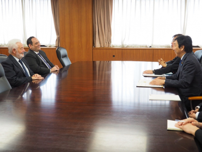 The Secretary General of the BIE, Vicente G. Loscertales, accompanied by the Deputy Secretary General, during a meeting with Japan's Minister of Economy, Trade and Industry Sugawara Isshu. Credit: METI