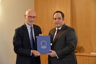 Interministerial Delegate Pascal Lamy submits France's bid dossier to the Deputy Secretary General of the Bureau International des Expositions (BIE), Dimitri Kerkentzes